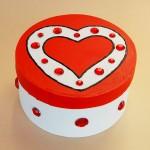 darilna škatlica s srcem in bleščicami