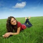 ženska leži v travi