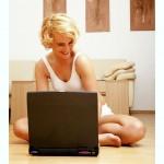 ženska na računalniku