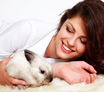 ženska z zajčkom
