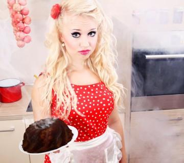 blondinka z zažganim kolačem