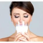 portret ženske s kozarcem mleka