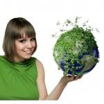dekle drži planet porasek z zelenjem
