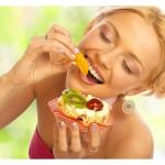 ženska je tortico s sadjem
