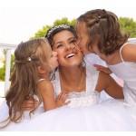 nevesto poljubljata dve deklici
