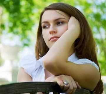 zaskrbljena mlada ženska v parku