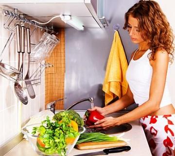 ženska pere zelenjavo