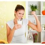 dekle s kozarcem mleka napenja mišice na rokah