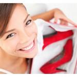 dekle drži škatlo z rdečimi čevlji s peto