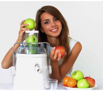 dekle daje jabolka v običajen sokovnik