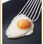 peka jajca na teflonski posodi