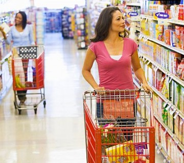 ženska nakupuje v supermarketu