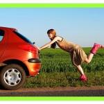 ženska potiska avto