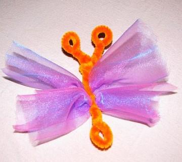 metuljček z oranžnim trupom in vijoličnimi krili