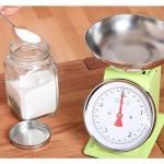 kuhinjska tehtnica, sladkor in žlička sladkorja