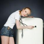 dekle s stetoskopom posluša hladilnik
