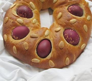 kruhov venec z vijoličnimi pirji