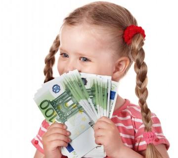 deklica drži šop bankovcev po 100 evrov
