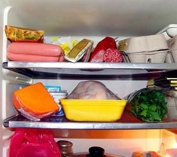 police v hladilniku, polne živil