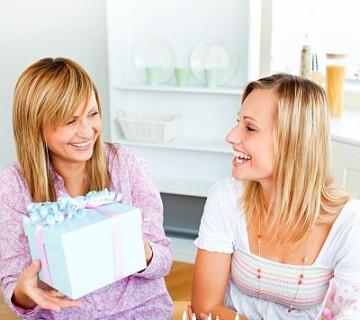 ženska izroča darilo prijateljici