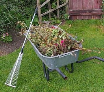 samokolnica s plevelom in pahljačaste grablje
