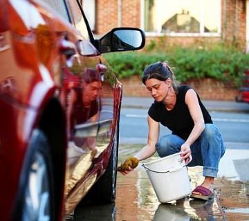 ženska čisti avto