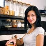 ženska v kuhinji