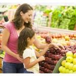 mati in hči kupujeta sadje