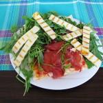 pica z govejim pršutom, rukolo in sirom za žar