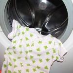 otroški bodi s kratkimi rokavi v bobnu pralnega stroja