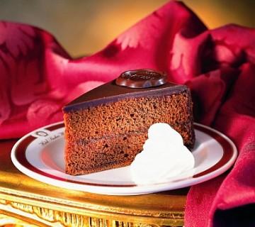 kos Sacher torte s smetano na krožniku