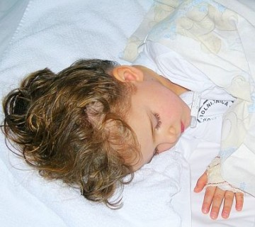 bolna deklica spi v bolnišnici