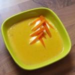 korenčkova juha s kuskusom v skodelici