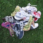 kup čevljev v travi