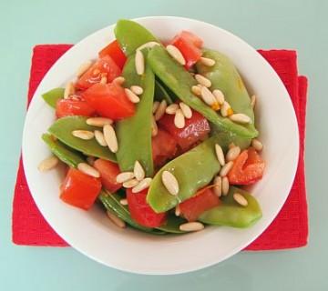solata iz sladkornega graha, paradižnika in pinjol