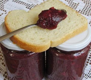 žlica marmelade na kruhu in v dveh kozarčkih