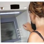 ženska ob bankomatu