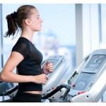 ženska teče na napravi za tek v fitnesu