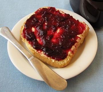 z marmelado iz grozdja namazan kos kruha
