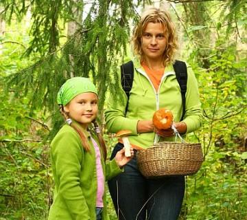 mati in hči med nabiranjem gob, kažeta največji