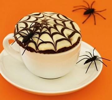 čokoladni mafin s pajkovo mrežo v skodelici in s pajkom na njem