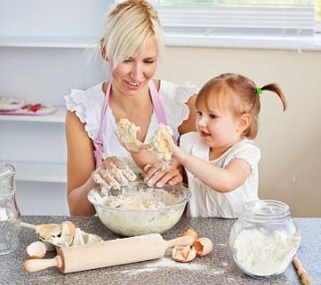 mama in malčica pripravljata testo za piškote