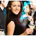 ženska s koktajlom v roki na zabavi