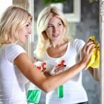 ženska čisti ogledalo