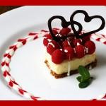 sladica v obliki srca, s čokoladnimi srci in verigo srčkov iz omake