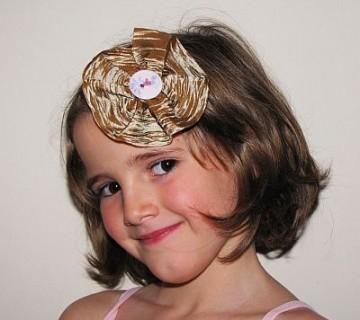 deklica s sponko z gumbom v laseh