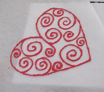 srce iz napihljive barve na papirju za peko