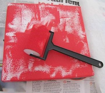 barvanje platna z valjčkom z rdečo barvo