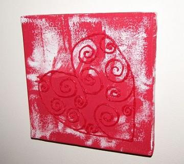 srce iz napihljive barve na rdečkasto obarvanem platnu