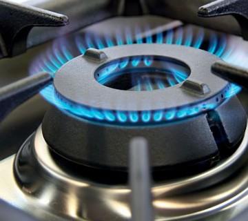 vključen gorilnik na plinskem štedilniku